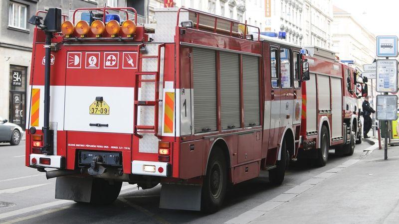 Z okna v Brně vyletěl hořící stromek. Muž se při hašení popálil