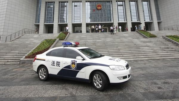 Číňan v živém vysílání upálil svou bývalou ženu, dostal trest smrti