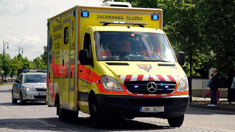 Auto na Šumpersku najelo do páru seniorů na chodníku, jeden mrtvý
