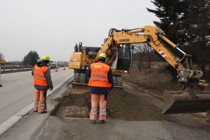 Za plného provozu se opět začalo s rozšiřování dálničního tělesa.
