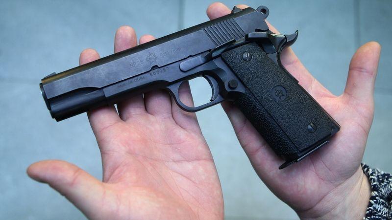 Právo bránit život se zbraní bude v ústavě, schválila Sněmovna