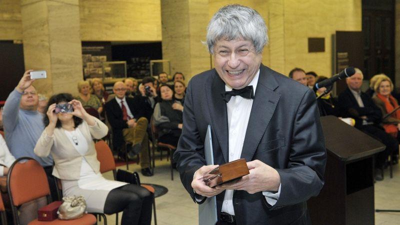 Ivan Klíma při přebírání novinářské ceny Ferdinanda Peroutky za rok 2013.