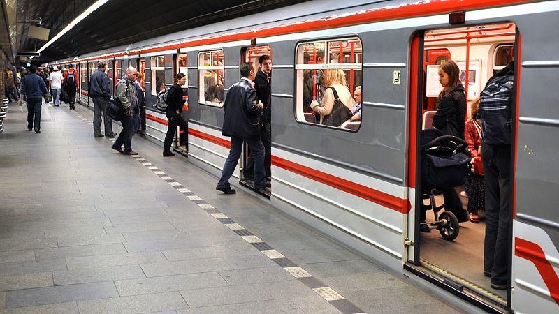Střet metra s člověkem zastavil linku A