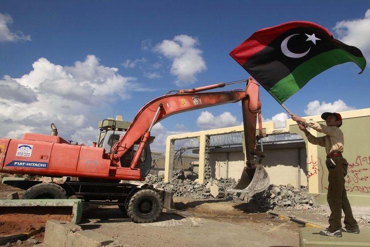 Při bourání Kaddáfího sídla se mávalo vlajkami.