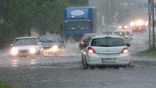 Bouřky a intenzivní deště jen tak neskončí, hladiny řek se zvednou, varovali meteorologové