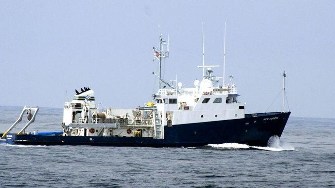 V Indickém oceánu byla napadena nákladní loď, začala hořet