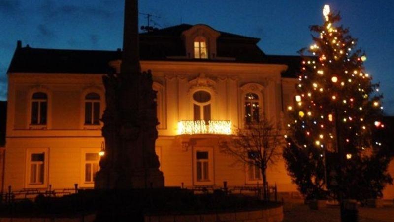 Valašské Klobouky tradičně zdobí vánoční strom. Foto  Lenka Zvonková d4fe007c96
