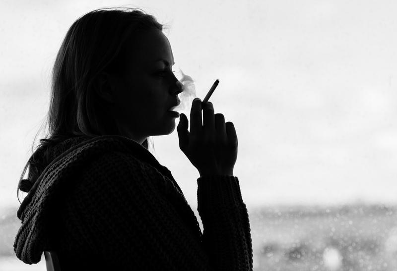 kouření krátké dívky