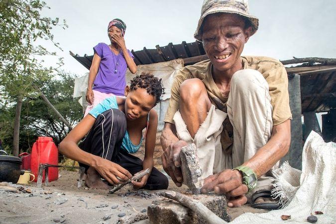 Martin Drewry a jeho organizace pomáhají v boji s chudobou mimo jiné Sanům v Namibii.