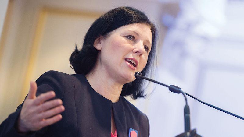 Jourová: Evropská komise začne přiškrcovat čerpání z fondů dřív, než to posvětí soud