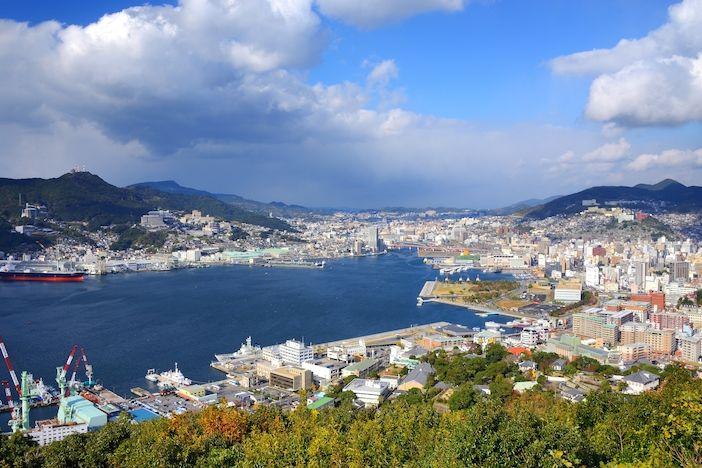 Nagasaki v celé své kráse. Podle posledního sčítání v něm žije bezmála půl milionu lidí.