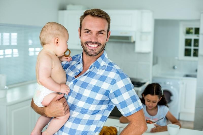 randit s mužem s novorozeným dítětem