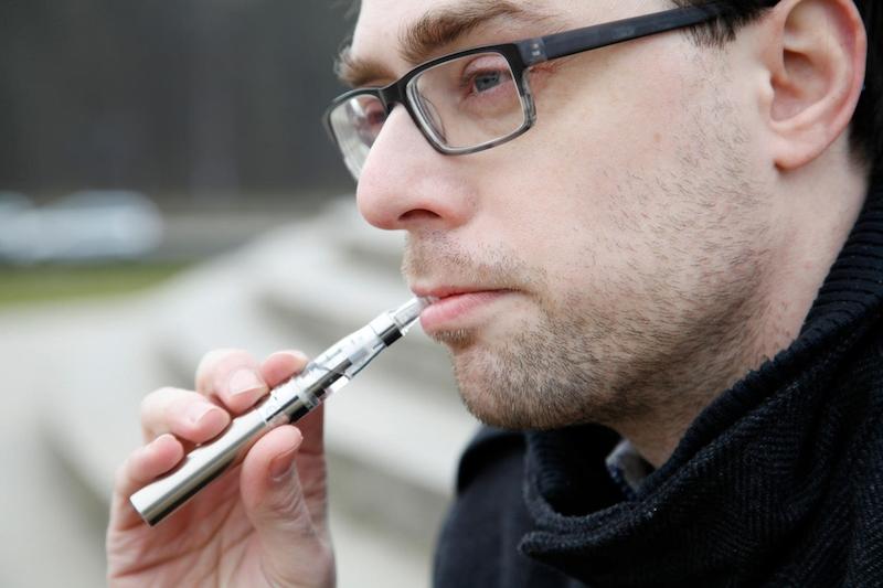 Chlapec dává první kouření