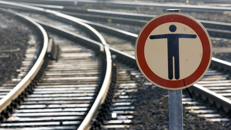 V Táboře srazil vlak muže, přišel o část nohy