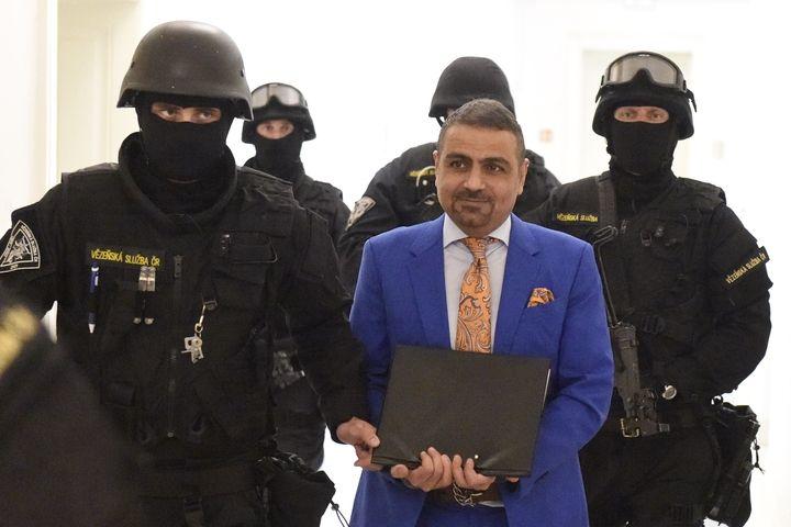 Eskorta přivádí podnikatele íránského původu Shahrama Abdullaha Zadeha