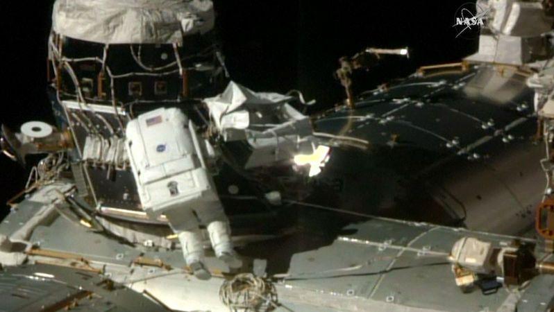 ŽIVĚ: Astronauti zamířili na vesmírnou procházku. Na ISS nainstalují přistávací adaptér
