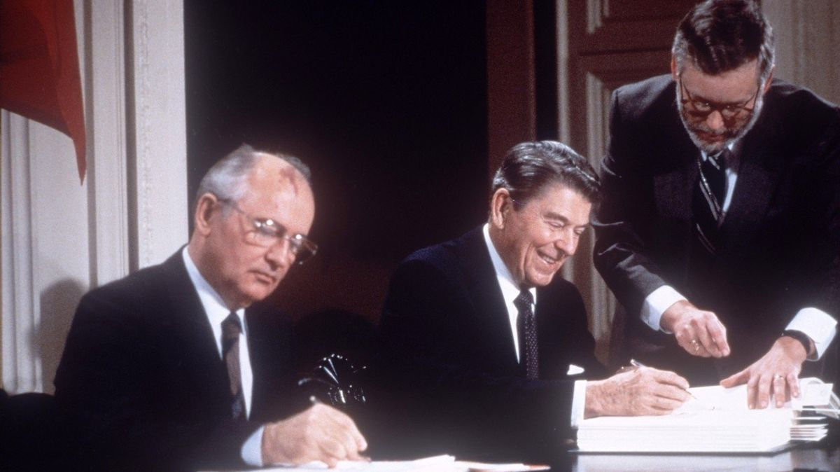 Podpis sovětsko-americké Smlouvy o likvidaci raket středního a kratšího doletu (INF) ve Washingtonu. Michail Gorbačov (vlevo) a Ronald Reagan.