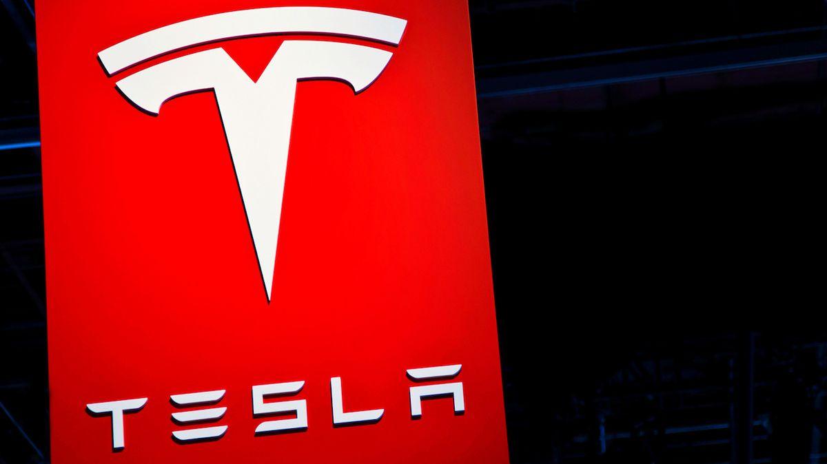 Tesla musí zaplatit černochovi téměř tři miliardy za urážlivá graffiti na toaletě