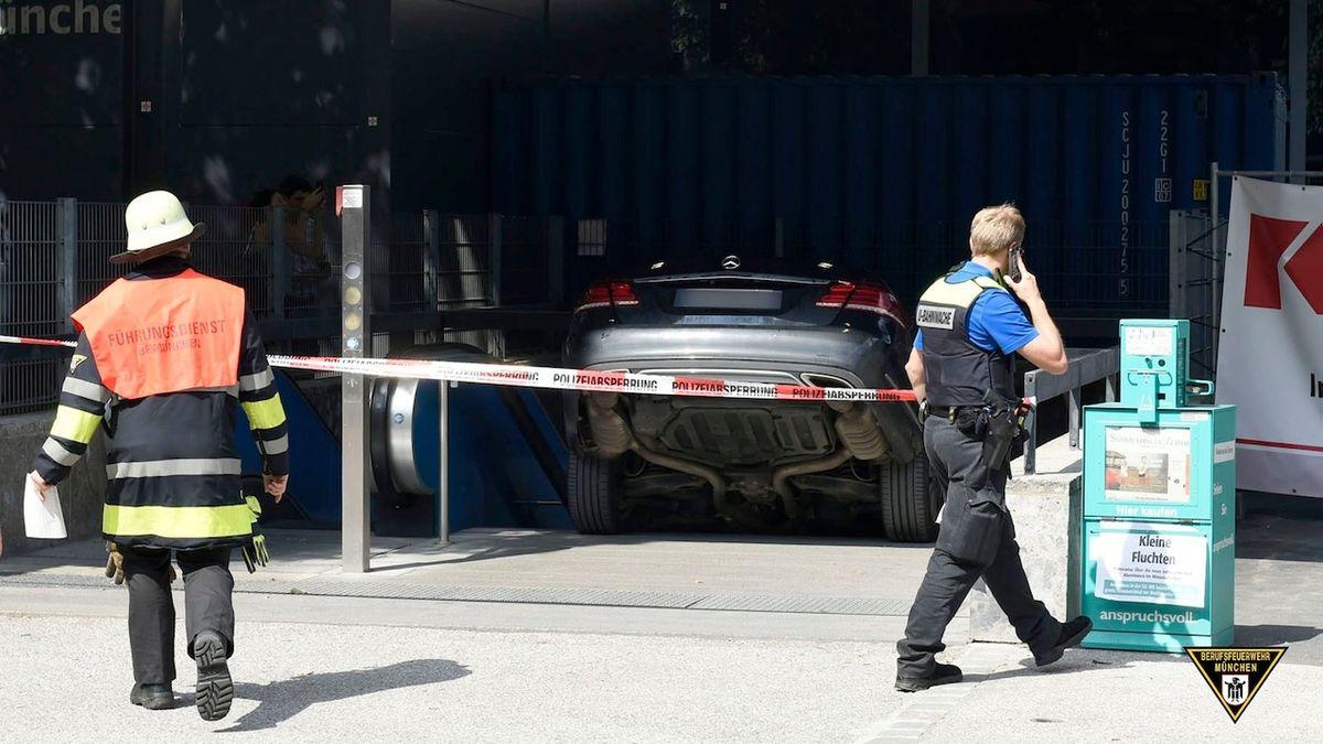 Řidič si spletl podzemní garáž s vchodem do metra, jeho mercedes zůstal na schodech