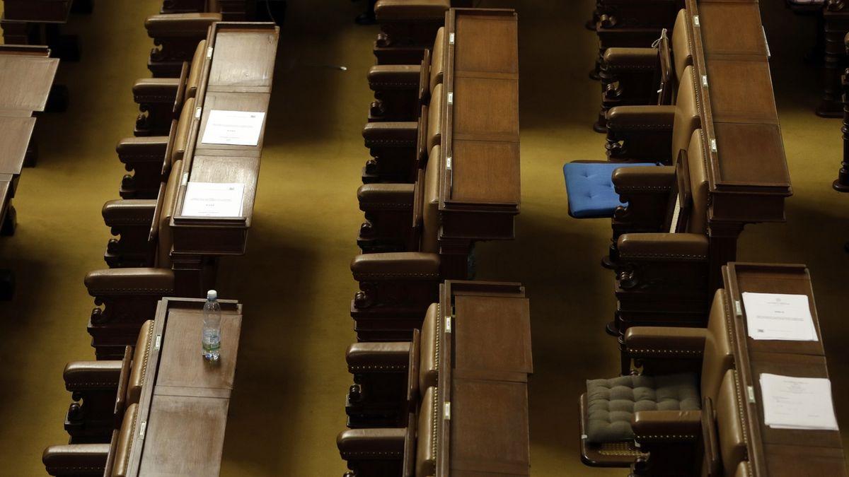 Prázdné lavice Poslanecké sněmovny