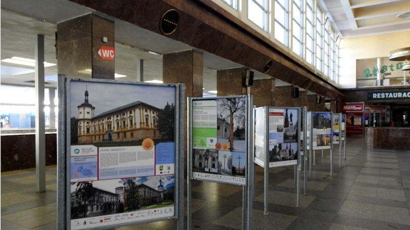 Inspirační výstava pro cestovatele vnádražní hale