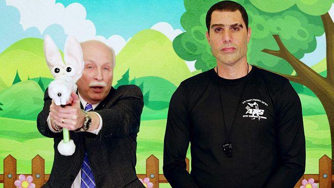 Sacha Baron Cohen (vpravo) v seriálu Who is America?