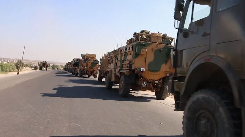 Turecká kolona obrněnců v Sýrii se stala terčem náletu