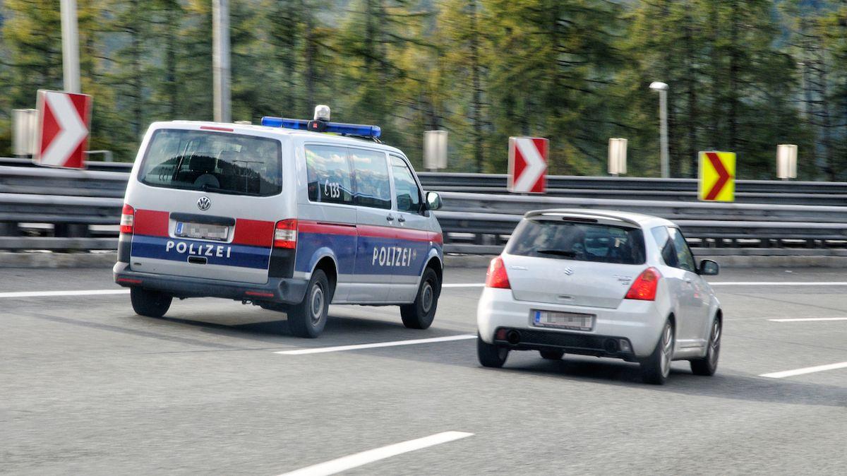V Rakousku zatkli českého pašeráka lidí. Za 40 tisíc přivezl 10 Syřanů