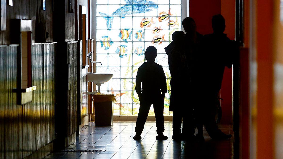 Zbytečné měsíce v ústavech: Čekání dětí na pěstouny drhne u soudů