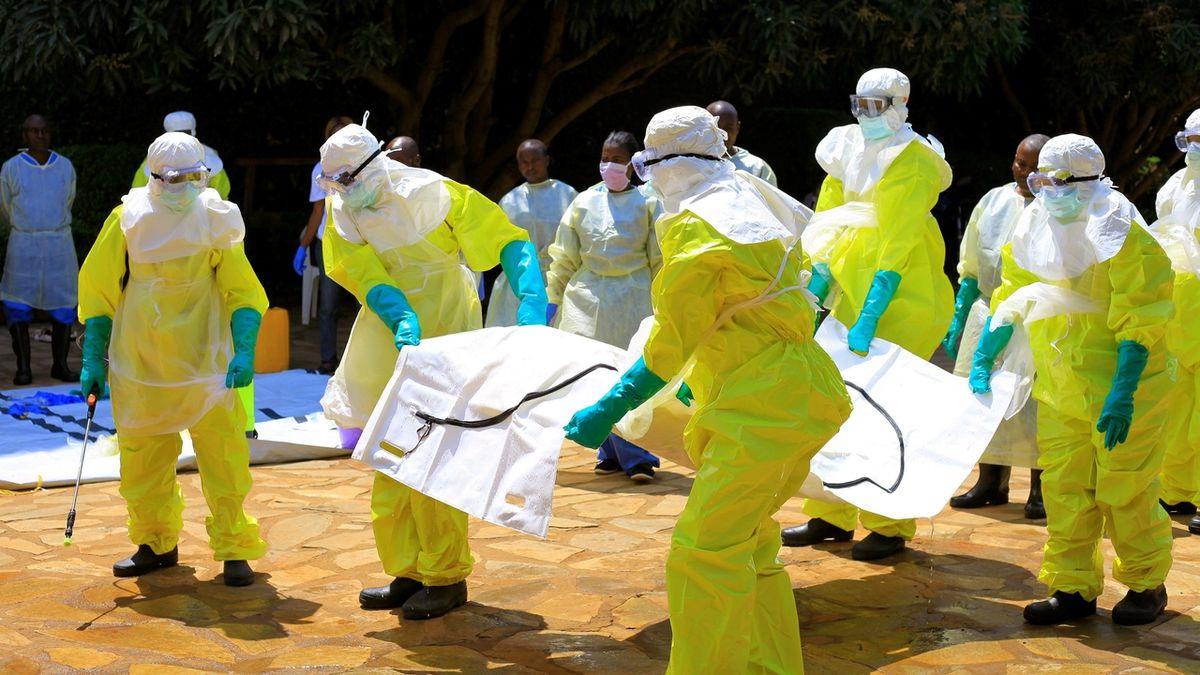 Dlouhodobé následky covidu připomínají to, co v těle napáchá ebola