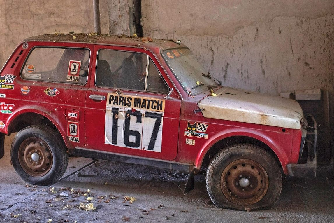 Lada Niva z rallye Paříž-Dakar z roku 1981 je na prodej.