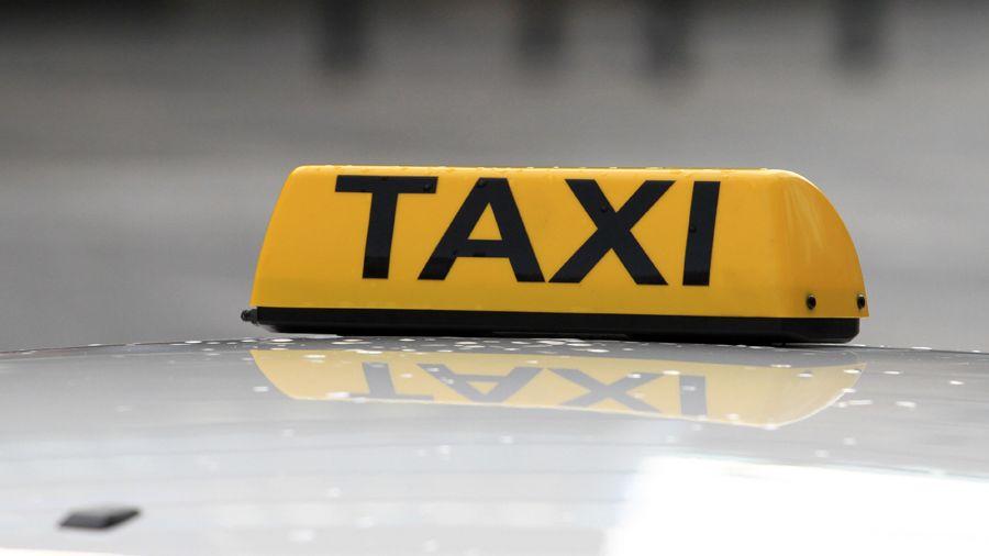 Taxikář si v Jihlavě odskočil na pumpu. Zákazník mu s autem odjel do Prahy