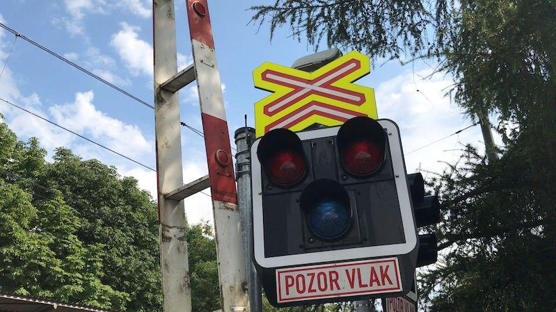 Nehoda na přejezdu komplikovala dopravu mezi Prahou a Ústím nad Labem