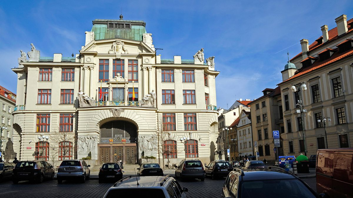 Praha začíná šetřit, magistrát bude propouštět