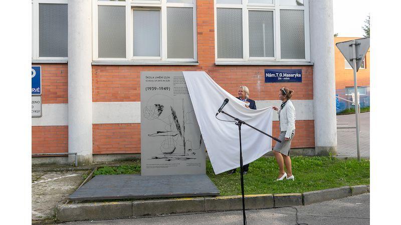 Na počest 80. výročí založení Školy umění byla odhalena pamětní deska