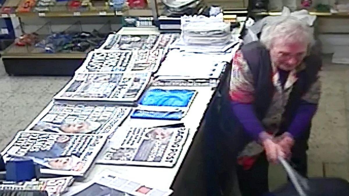 Dvaaosmdesátiletá prodavačka zmlátila lupiče hůlkou