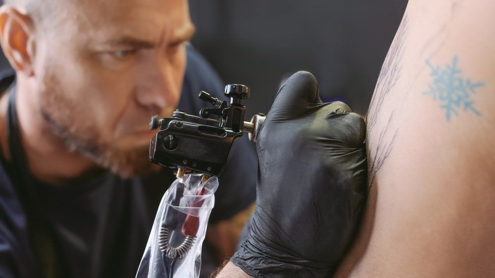 Muž si nechává na záda tetovat podpisy slavných. Chce do knihy rekordů