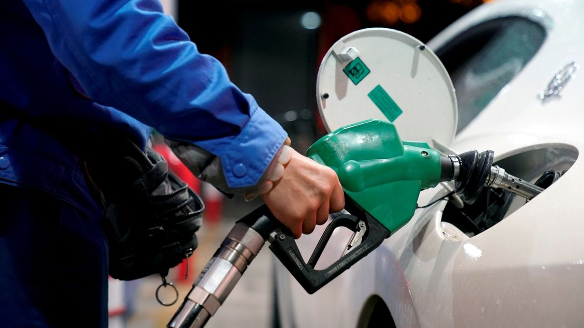 FILE PHOTO: A gas station attendant pumps fuel into a customer's car at a gas station in ShanghaFILE PHOTO: A gas station attendant pumps fuel into a customer's car at a gas station in Shanghai, China November 17, 2017. REUTERS/Aly Song/File Photo