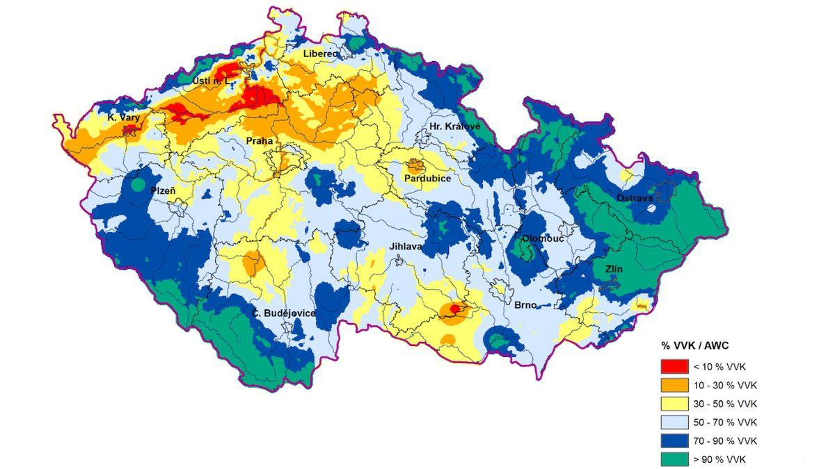 V půdě chybí stovky litrů vody na metr čtvereční