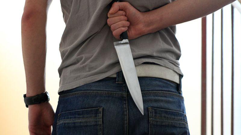 Osmnáctiletý mladík vyhrožoval dětem nožem