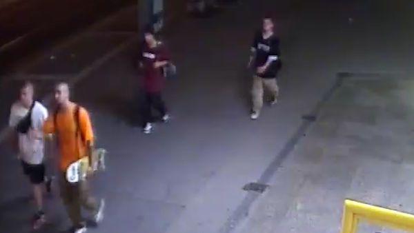 Mladíci v Praze praštili muže skateboardem do hlavy a oloupili. Zachytila je kamera