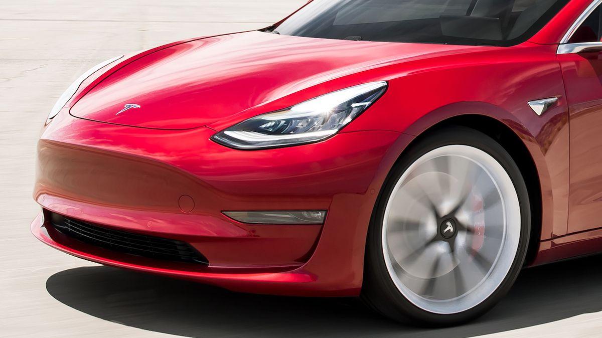 Nejlepší auto do záplav? Podle čínského řidiče Tesla Model 3
