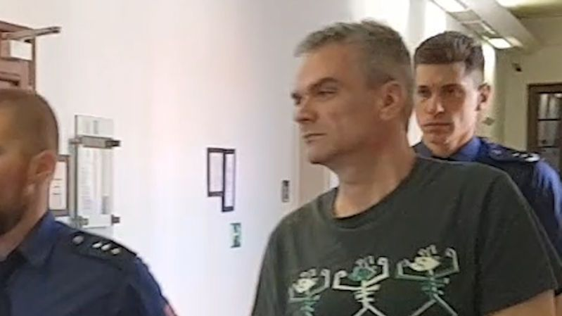 Odsouzený vrah, který nechal utopit známého v žumpě, žádá nový proces