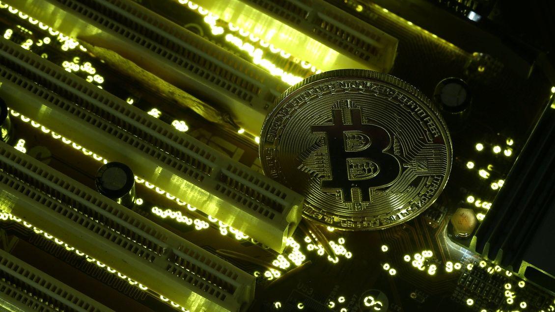 Tři muži z Mělnicka chtěli vydělat na virtuálních měnách. Přišli o miliony