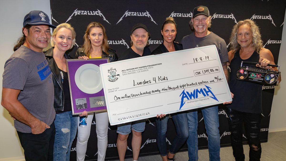Metallica předala šek v hodnotě 1,8 milionu korun na obědy pro děti