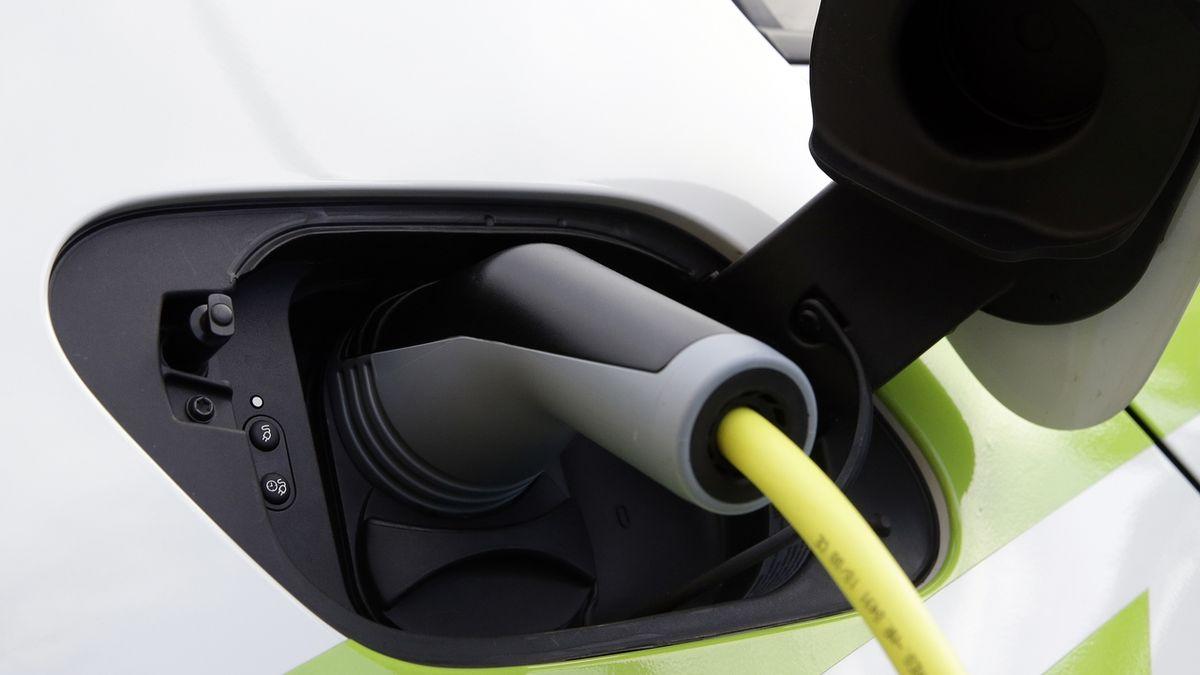Australští vědci slibují dojezd elektromobilu 1000 kilometrů, díky revoluční baterii