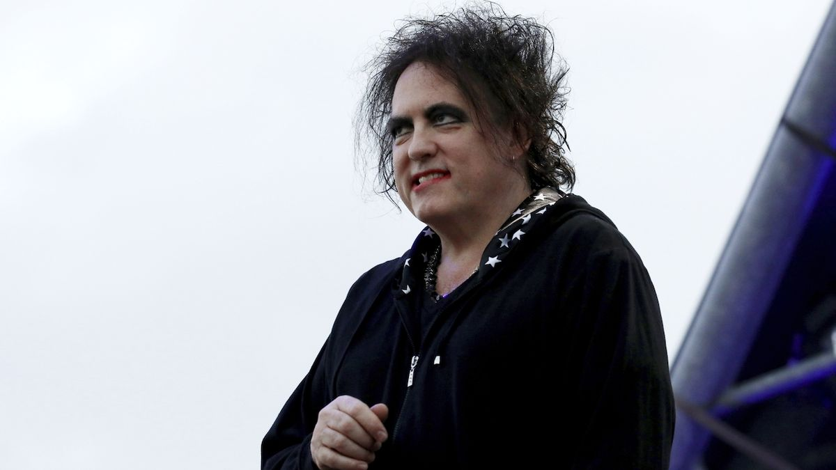 Robert Smith stojí v čele skupiny The Cure.