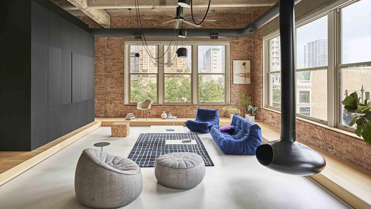 Architekti navrhli loftový byt v bývalé montovně automobilů