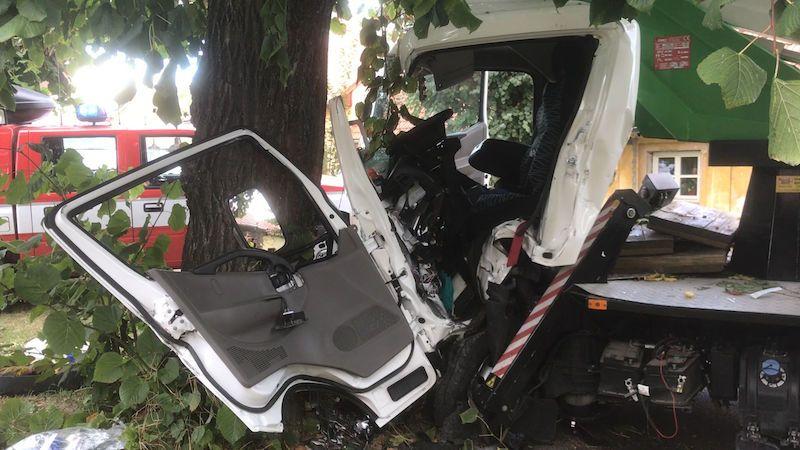 Řidič plošiny zdemoloval kabinu o strom, museli ho vyprostit