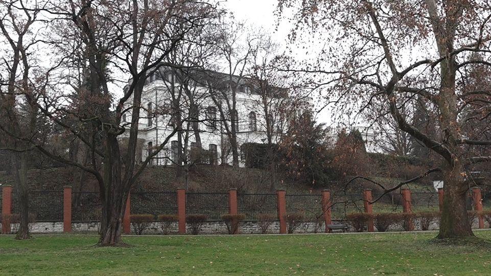 Policie prošetřuje noční potřísnění zdi ruské ambasády
